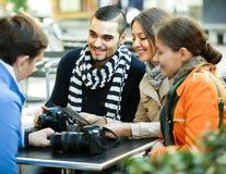 有地图的游人在街道咖啡馆 免版税库存图片