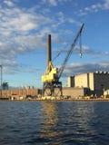 反对工业场面密尔沃基的船坞起重机 库存图片