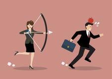 Попытка бизнес-леди, который нужно снять на яблоке на голове коллеги Стоковые Фото