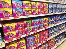 猫新鲜大块的食物 宠物食品 大型超级市场 库存照片