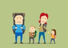 укладывает рюкзак семья Пеший туризм родителей и детей Стоковое Изображение RF