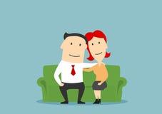 Συνεδρίαση οικογενειακών ζευγών στον καναπέ και αγκάλιασμα Στοκ εικόνα με δικαίωμα ελεύθερης χρήσης