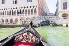 Туристы наслаждаясь гондолами в Венеции, Италии Стоковые Фотографии RF