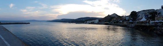 与云彩的日落在保加利亚黑海费用的巴尔奇克 免版税库存照片
