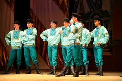 工厂的俄国传统舞蹈节日沿-快活的四对舞边缘走 免版税库存照片