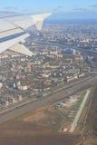 土路和空中航线 免版税库存照片