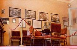 葡萄酒家具在精神分析西格蒙德・弗洛伊德的创建者博物馆与办公室的 图库摄影