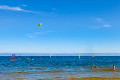 在海上的滑翔伞 免版税库存图片