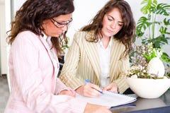 共同努力的女实业家 免版税库存照片