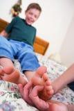 пощекотанные пальцы ноги Стоковые Фотографии RF