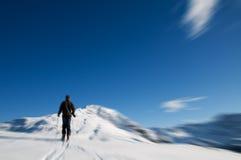 上升的山冬天 免版税库存图片