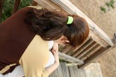 青少年沮丧的女孩的台阶 免版税库存照片