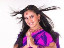 女孩印第安姿势欢迎 免版税库存照片