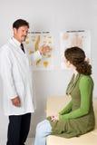 按摩脊柱治疗者办公室访问 免版税库存照片
