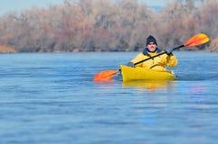 风景划独木舟的人的河 免版税库存照片