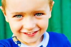 逗人喜爱的愉快的孩子一微笑 免版税库存图片