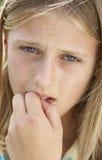尖酸的女孩前青少年她的钉子的纵向 免版税库存图片