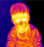 男孩纵向自计温度计 免版税图库摄影
