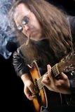 雪茄吉他弹奏者抽烟 免版税图库摄影