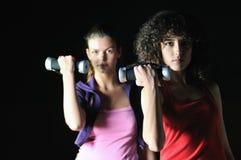 二名妇女在健身俱乐部解决 免版税库存照片