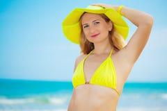 γυναίκα καπέλων κίτρινη Στοκ εικόνες με δικαίωμα ελεύθερης χρήσης