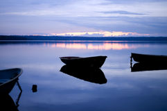 蓝色小船沉寂反映 图库摄影