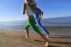 κορίτσια που τρέχουν δύο Στοκ Φωτογραφία
