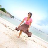 有亚裔海滩乐趣的女孩 免版税库存图片