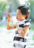 дуя ребенок пузырей Стоковое Фото