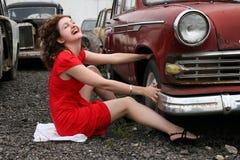 减速火箭汽车的女孩 免版税图库摄影