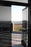 开放门的玻璃 免版税库存图片