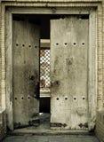 Εικόνα κινηματογραφήσεων σε πρώτο πλάνο των αρχαίων πορτών Στοκ εικόνα με δικαίωμα ελεύθερης χρήσης
