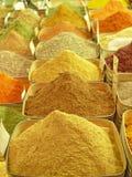 义卖市场五颜六色的东方香料 免版税库存照片
