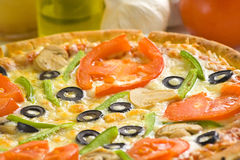干酪新鲜的自创蘑菇橄榄色薄饼蕃茄 免版税库存图片