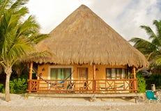 热带海滩的小屋 免版税图库摄影