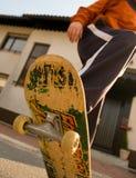 踩滑板的少年 免版税库存照片
