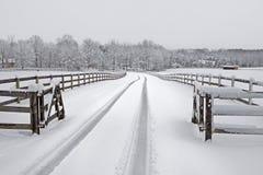 多雪乡下的车道 库存图片