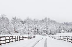 多雪乡下的车道 免版税库存照片