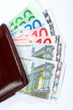 在皮革老钱包里面的票据 库存照片