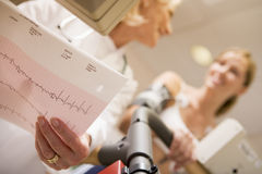 医生女性监控患者踏车 库存图片