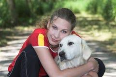 美丽的狗走的妇女 免版税库存照片
