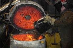 熔炉铁装载倾吐 免版税库存照片