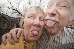 夫妇疯狂的伸出的舌头 免版税库存照片