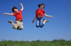 室外跳的孩子 免版税库存图片