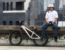 自行车男性车手都市年轻人 免版税库存图片