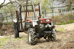 现有量老拖拉机 库存照片