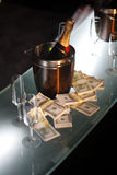 шампанское наличных дег ведра рядом с Стоковые Фото