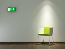 内部装饰业在空白墙壁上的绿色椅子 库存照片
