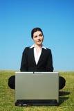 户外女实业家工作 免版税库存照片