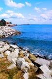 美丽的蓝色海岸晃动海运海景天空 免版税库存照片